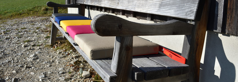 Coussin chauffant sur un banc